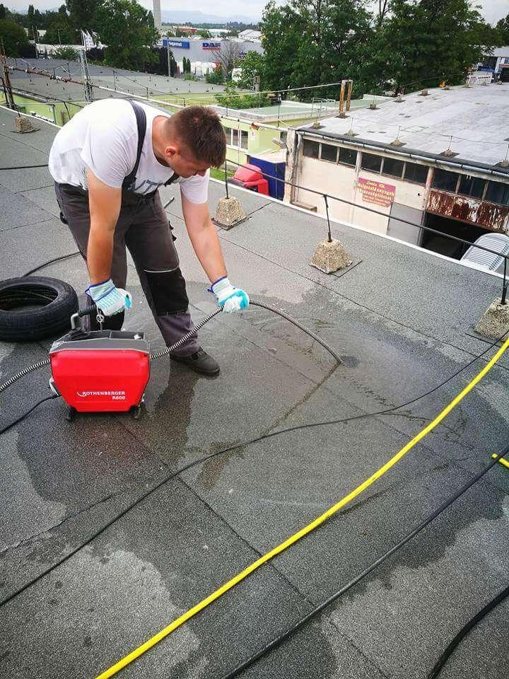 Esővíz összefolyó dugulása a tetőn
