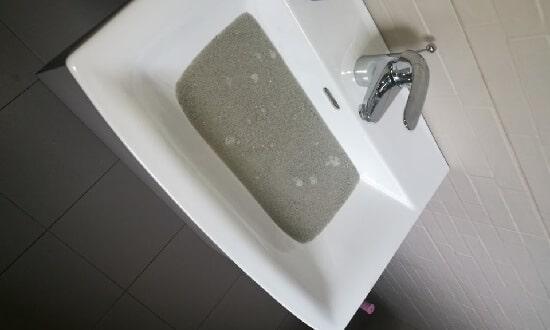 Kupak a mosdóban